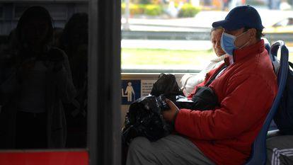 Um passageiro com máscara para se proteger do coronavírus.