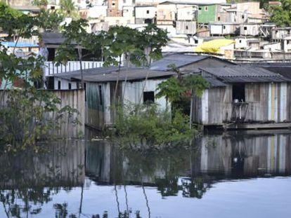 Enchente atinge a periferia de Manaus em 2012.