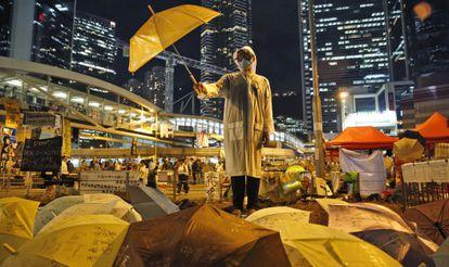 Manifestante nas imediações da sede do Governo local de Hong Kong, nesta quinta-feira.