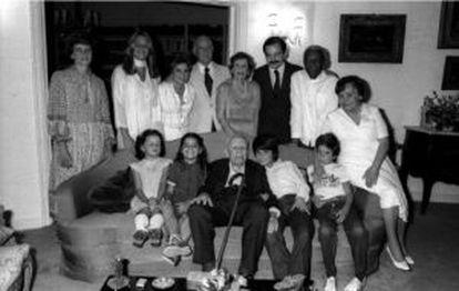 O único negro da foto, Pedro Dias, pai de Fernando, trabalhou durante toda sua vida como mordomo do economista e ex-ministro Eugênio Gudin (sentado no sofá).