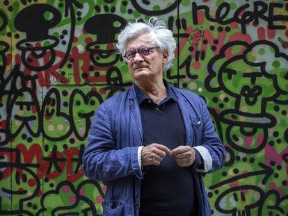 O filósofo Franco 'Bifo' Berardi, em uma rua do bairro El Raval de Barcelona em 22 de maio de 2021.