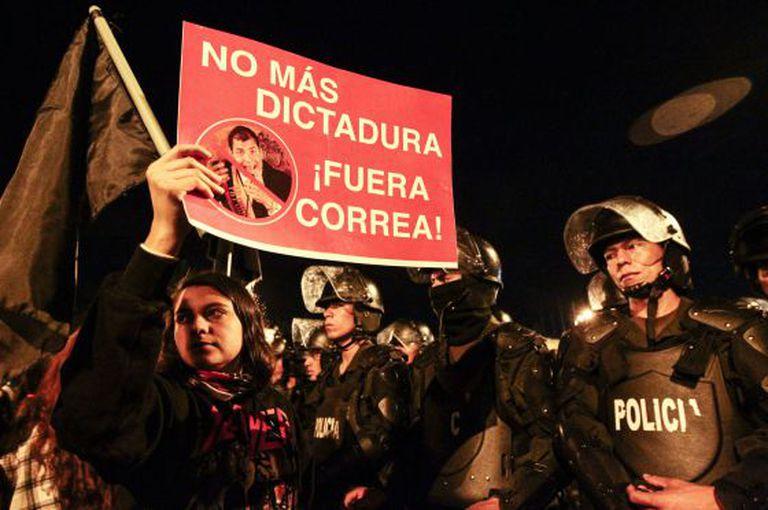 Manifestação na noite de segunda-feira em Quito.