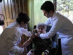 Paciente é atendida por médicos do SUS no Paraná.