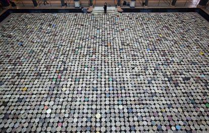 Foto da instalação 'Stools' ('banquetas'), do artista chinês Ai Weiwei, que faz parte da exposição 'Evidence' em Berlim.
