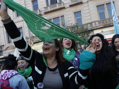 Argentinas festejam a aprovação da despenalização do aborto por parte da Câmara dos Deputados.