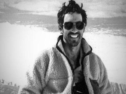 Beck Weathers durante sua expedição ao Monte McKinley, ou Denali (Alaska), em 1989 / Trailer do filme 'Evereste'.