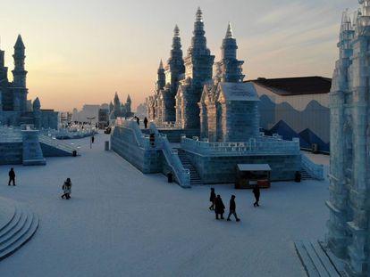 Vista aérea de esculturas de gelo com forma de famosas edificaciones chinesas, no Festival de Gelo e Neve de Harbin (Chinesa).