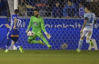Edgar supera Sergio Gómez no gol do Alavés.