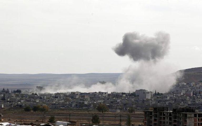 Ataque aéreo em novembro produz nuvem de fumaça na localidade síria de Kobane.