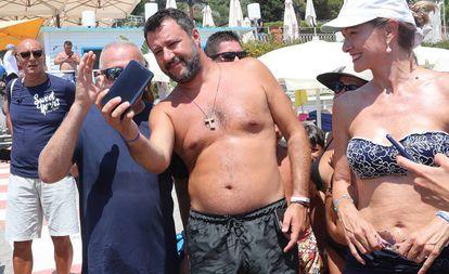 Salvini, numa praia de Taormina.