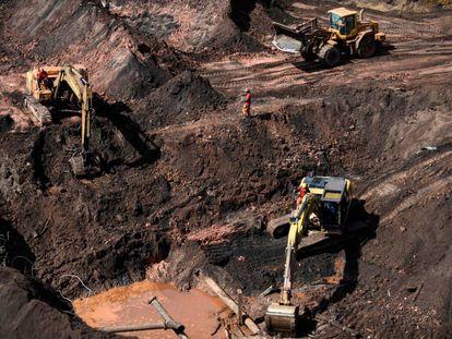 Bombeiros usam máquinas pesadas em busca de vítimas, 20 dias após a ruptura da barragem de Brumadinho.