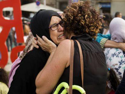 Familiares dos supostos terroristas e membros da comunidade muçulmana