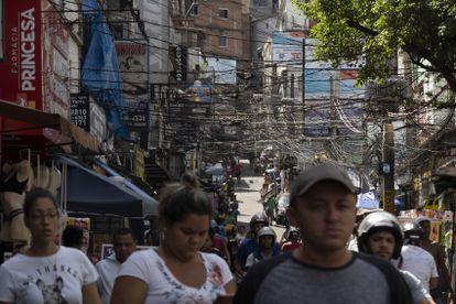 Pessoas circulam pela favela da Rocinha, no Rio de Janeiro, no dia 16 de março.