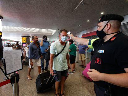 Medição de temperatura de passageiros que chegaram este sábado à estação de Termini, em Roma.