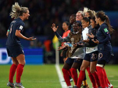 Francesas comemoram gol de Henry na estreia da Copa.