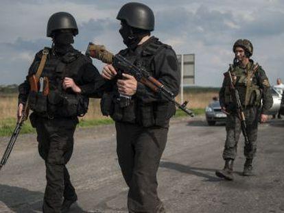 Soldados ucranianos controlam a estrada nas periferias de Slaviansk.