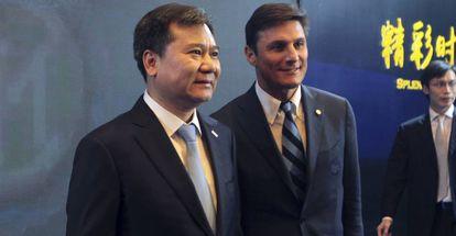 Javier Zanetti, vice-presidente da Inter (à direita), e Zhang Jindong, presidente do Grupo Suning.