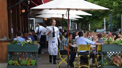 Mesas ao ar livre num movimentado restaurante da avenida 14, em Washington.