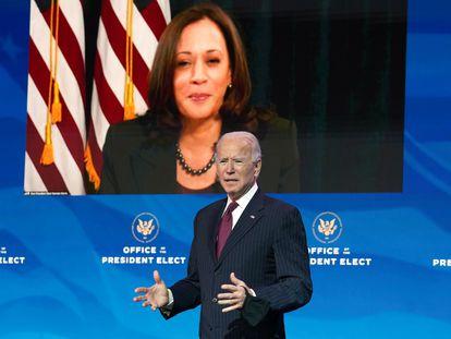 O presidente eleito dos Estados Unidos, Joe Biden, dirige-se à imprensa em Wilmington, Delaware, na última quarta-feira, com a imagem da vice-presidente eleita, Kamala Harris, atrás.
