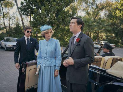 Emma Corrin e Josh O'Connor em um momento da quarta temporada de 'The Crown'.