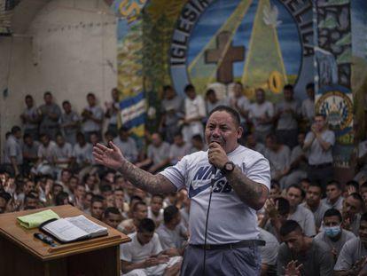Um preso durante culto religioso na cadeia de Gotera