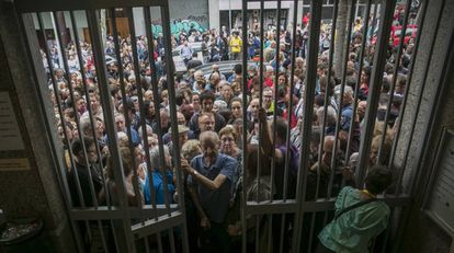 Pessoas fazem fila em um centro de Barcelona para votar.
