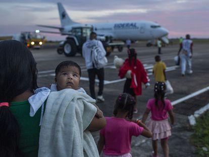 A venezuelana Dorianny parte de Roraima com seus filhos e parentes para tentar a vida em Minas Gerais, parte do programa do Governo de interiorização dos venezuelanos.
