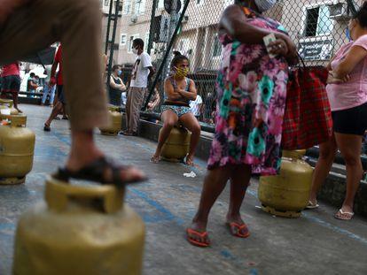 Moradores da Rocinha, no Rio de Janeiro, recebem botijões de gás doados pela Central Única das Favelas (Cufa), em 22 de maio, auge do fechamento das atividades no Brasil devido à pandemia.