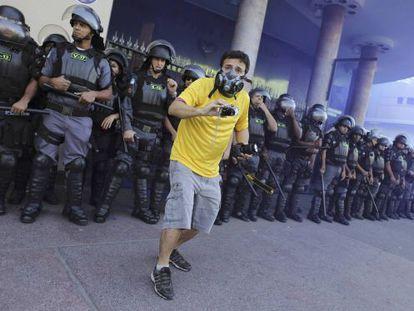 Um manifestante em protesto durante a final da Copa.