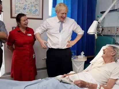 Boris Johnson em visita ao West Cornwall Community, na Cornualha, no final de novembro.