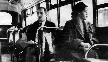 Fotografia sem data de Rosa Parks em um ônibus de Montgomery (EUA).