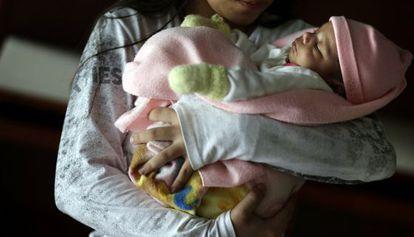 A menina paraguaia de 11 anos com seu bebê.