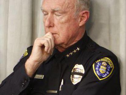 O chefe da polícia de San Diego, William Lansdowne, antes de sua demissão, ouve os detalhes do assassinato do oficial Christopher Wilson.