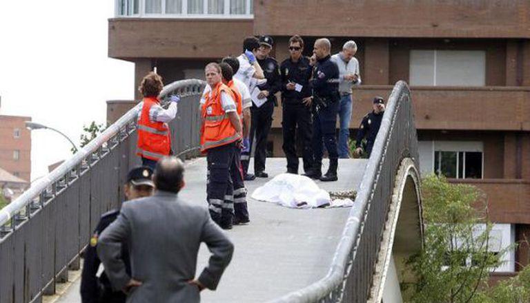 Policiais e peritos ao lado do corpo de Isabel Carrasco.