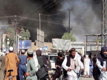 Colunas de fumaça após combates entre talibãs e forças de segurança afegãs em Kandahar na quinta-feira. Em vídeo, o Talibã continua avançando no Afeganistão.