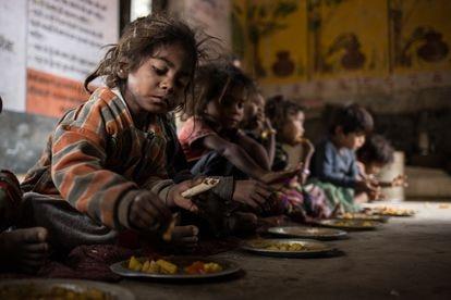 Almoço no Anganwadi (centro infantil rural) do povoado de Rampuria, Rajastão, Índia.