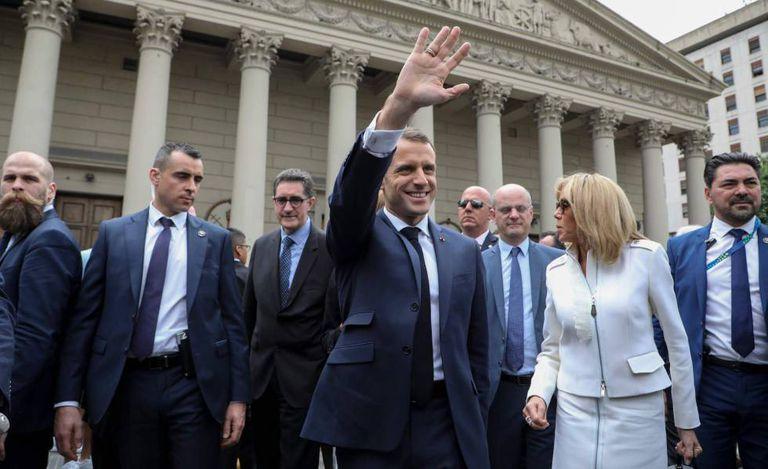 O presidente da França, Emmanuel Macron, e a primeira-dama, Brigitte Macron, visitam a Catedral de Buenos Aires como parte da programação da cúpula do G20.