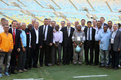 Ex-jogadores, como Zico e Bebeto, operários e autoridades da CBF e da Fifa.