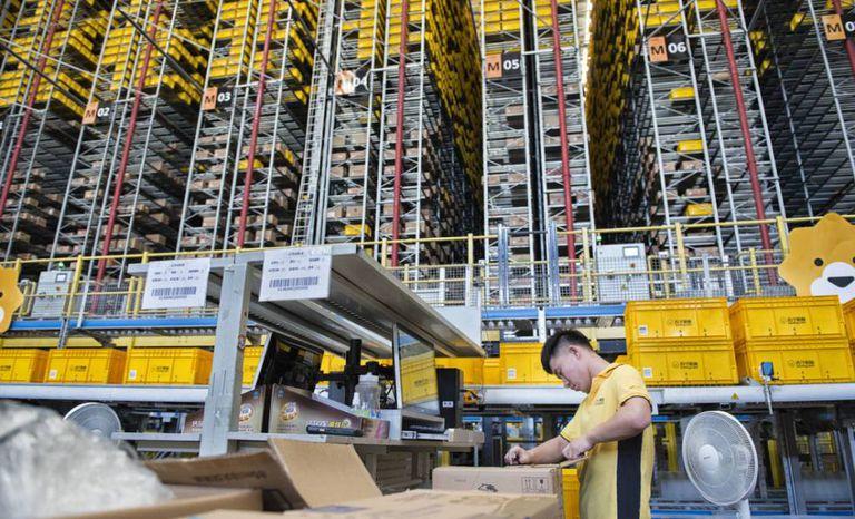 Funcionário da Suning na área onde os produtos são separados por unidades e guardados em estantes robotizadas de 24 metros de altura.