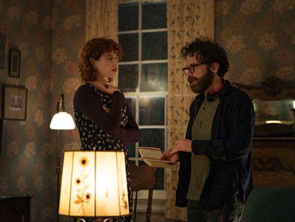 A atriz Jessie Buckley ouve as explicações de Charlie Kaufman no set de 'Estou Pensando em Acabar com Tudo'.