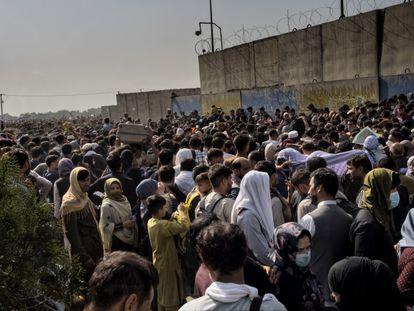 Milhares de afegãos esperam nos arredores do aeroporto de Cabul.