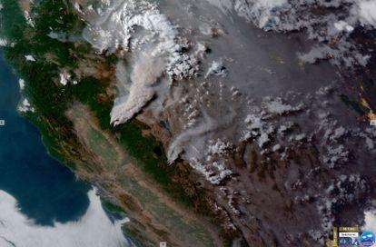 Imagem de satélite mostra a fumaça provocada pelos incêndios Dixie e Tamarack no norte da Califórnia.