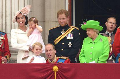 A rainha da Inglaterra, Elizabeth II, repreende o neto, o duque de Cambridge, por não cumprir o protocolo. Ele somente tentava educar seu filho na força emocional.