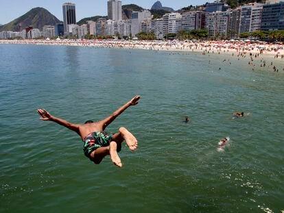 Cariocas e turistas aproveitam o último dia de 2019 para curtirem a praia de Copacabana, zona sul da cidade.