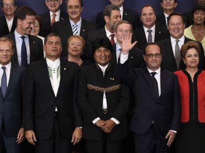 Presidentes europeus e sul-americanos se reúnem para fotos.