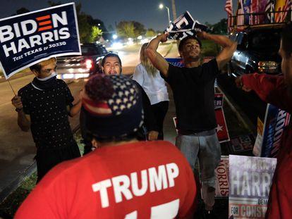 Apoiadores de Trump e se confrontam fora de um local de votação em Houston, Texas, nesta terça-feira.