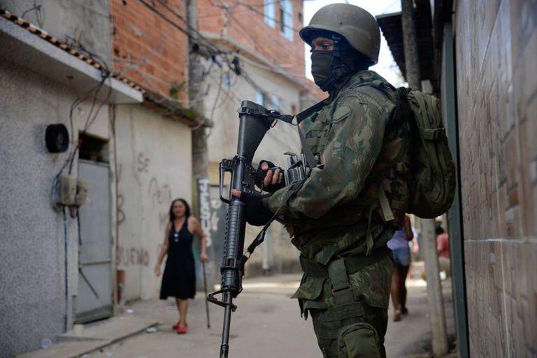 Fuzileiros navais participam de operação na favela Kelson's, zona norte do Rio, em 20/2/18.