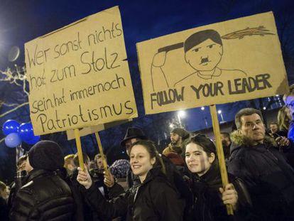 """Cartaz na manifestação em Colônia em defesa da diversidade de raças mostra a imagem de Hitler e a frase """"sigam seu líder""""."""