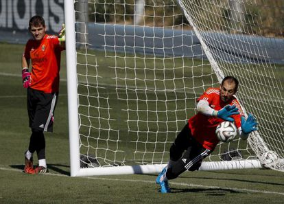 Casillas observa Diego López no treinamento do Real Madrid ontem.