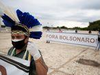 -FOTODELDÍA- AME800. BRASILIA (BRASIL), 19/04/2021.- Indígenas de diversas etnias protestan hoy pidiendo la demarcación de sus tierras y la salida del presidente de Brasil, Jair Bolsonaro, en Brasilia (Brasil). Los miembros de los pueblos originarios exigieron protección a sus derechos este lunes, con motivo de la conmemoración del Día del Indio en Brasil, cuyo propósito es precisamente visibilizar la resistencia de las comunidades ancestrales en el Amazonas y otros territorios amenazados. EFE/ Joédson Alves